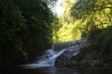 """打卡素有""""小九寨""""的六盘山小南川,沿着溪流走在岸边小路上,听着潺潺水声,呼吸着新鲜湿润的高负氧离子空"""