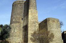 少女塔,距离里里海不足百米,位于巴库老城的东侧,并与巴库 老城一起被列入了世界文化遗产名录。少女塔是
