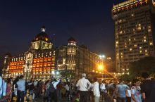 印度门熙熙攘攘的当地民众,拍照留影,倒数跨年,一派喧闹缤纷的节日气氛。驻留在泰姬玛哈酒店富丽堂皇的大