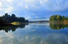 凯邦亚湖位于盈江县城西南40公里处,介于县城至那邦镇途中。凯邦亚是景颇语,意为山谷地。8平方公里水面