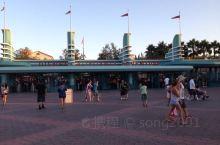 迪斯尼乐园是到洛杉矶的第一站玩点,大家都很喜欢,有的玩,有的适应美国^O^ 因为都去过香港的迪斯尼所