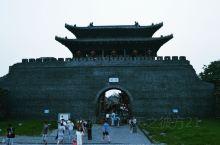 扬州啊,是一个特别适宜的城市,用当地人的话就是早上皮包水,晚上水包皮,泡一壶清茶,吃一盘大烫干丝,再