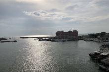 淡水的最后一站即是渔人码头,过了一座桥即可以看到海边,有码头可以坐渡轮去淡水车站,因为我们是包车就没