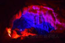 有着亚洲第一洞之称的吉岩洞,洞内石笋群生、怪石嶙峋、千姿百态、绚丽多彩,倒映在水中更是如梦似幻,甚是