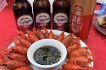 千岛湖啤酒小镇是一个具有吃、喝、玩的好处去。值得游客品尝美食、吃千岛湖小龙虾爽,喝千岛湖原浆啤酒!