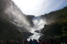 在挪威峡湾坐高山火车也是非常有意思的旅游项目,坐着火车去看瀑布。列车缓慢地行驶在悬崖峭壁下,有惊无险