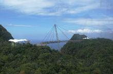 天空之桥是去兰卡威必打卡的景点。早上过去排队坐缆车上桥的人超多。要上桥走, 如果不想走山路,可以选择