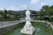 千华古村坐落于镇江句容市的宝华山下,宝华山,是苏南宁镇山脉中的第二高峰,山上有一座千年隆昌寺,它是佛