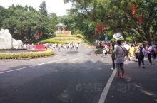 白云山是广州市民休闲健身的好去处,可以俯瞰广州。三四月时杜鹃开满山。景点主要集中在南门上山的线路,还
