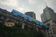 轻轨穿楼而过,这是重庆2号轻轨线李子坝轻轨站,轻轨列车从居民楼6楼穿楼而过在国内外媒体上爆红,不少中