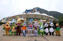 香港海洋公园占地170英亩的公园是东南亚最大的娱乐休闲公园,分为山和海底两个区域,由两种交通方式连接