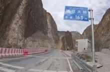 看完了怒江两岸与众不同的景观后便沿着怒江继续往前骑行,穿过隧道不久就能看见318国道上神秘的怒江大桥