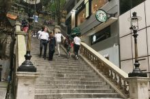中環都爹利街,一條花崗石樓梯,四盞僅存的煤氣街燈,香港百年的歷史古蹟,全世界獨一無二的星巴克就在這裡