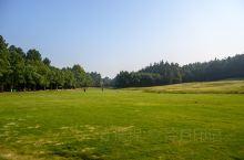 中南百草原,位于浙江省安吉县城北,为国家4A级旅游景区,景区规模庞大占地5600多亩,是一处集休闲运