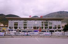 """""""兰州站"""",位于甘肃省兰州市城关区火车站东路,中国国家铁路网大型客运站之一, 火车站前广场,竖有兰州"""