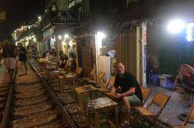 窄轨火车道两边都是小酒吧,充满来自全世界各地的游客,成了网红打卡地了