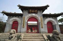 竹林寺位于衡水市冀州区。竹林寺主要由山门、钟楼、鼓楼、天王殿、观音殿、文殊殿、大雄宝殿组成。殿宇恢宏
