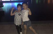 周末带孩子到月牙岛生态公园游玩,夜晚观看音乐喷泉!音乐喷泉的景色让人难忘!灯光、音乐、水花交织在一起