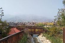 第一次来,在延庆和张家口的交界处,里面很大,秋景太美,金黄的树叶,五彩的小花,潺潺的流水,有个泳池,