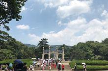 中山陵位于钟山中茅峰南麓,是伟大的民主革命先行者孙中山先生的陵墓,陵墓于1926年1月动工,1929