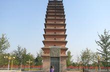 """""""崇祯碑、后周塔、在建寺""""是对武陟地标式古建妙乐寺塔景区的概括。赭红色的院墙,绿树丛中,有一唐风方砖"""