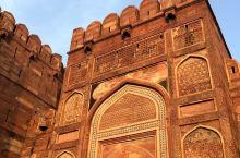抵达阿格拉古堡门口的时候便被它的雄伟所震撼到,阿格拉古堡显得古朴而雄厚,整栋巨型城堡建筑呈现单一的红