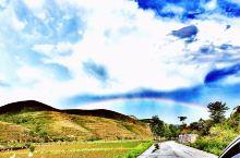 【来源·空中草原】在山顶上有一大片草原,景色真心宜人,尤其我们去的时候赶上阵雨,路上还偶遇彩虹。只有