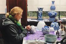代尔夫特蓝瓷Delft Blue与中国也是有缘,17世纪荷兰东印度公司从中国带回了蓝色瓷器,这为荷兰