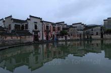 宏村位于黄山的西南麓、黟县县城西南11公里处,原是古代黟县赴京通商的必经之处。整个村落占地约28公顷