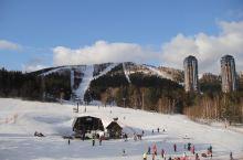 星野度假村位于日本的北海道,是日本的滑雪圣地。 星野度假村,是一滑雪为主的休闲度假村。这里有不同难度