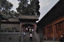 很多游客来到河南嵩山少林寺,可能只是参观、浏览、摩拜、许愿……但当你走进少林寺的时候请静下心来,仔细