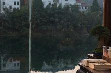 浙江开化县马金溪边上的一个泵房,华丽丽地变身为汉唐香府,成了一个城里人避世的地方,一边喝龙顶茶,一边