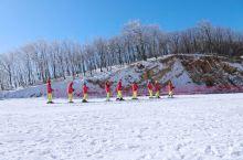 横冲的雪来的早、来的及时、来的厚实,横冲是雪景诱惑力极强的地方,尤其是滑雪的感受与众不同,在体验一把