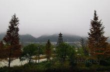 黔东南州榕江县城平江边公园早上散步。
