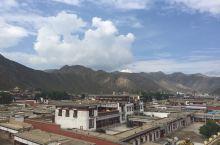 """拉卜楞寺,位于甘肃省甘南藏族自治州夏河县,藏语全称为:""""噶丹夏珠达尔吉扎西益苏奇具琅"""",意思为具喜讲"""