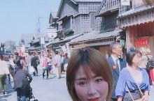 这里是伊势神宫外面的小食街,仍然保留了江户时代日本建筑风格,琳琅满目都是特色美食,蜜汁烤肉,豆腐冰淇
