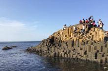 巨人堤是大自然塑造出的又一世界奇景,那里聚集着4万多根多边形石柱,延伸入海,像一条没有终点的路。石柱