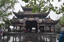 从成都犀浦站乘坐高铁25分钟就到都江堰站票价10元真是方便快捷。都江堰景区凭身份证对60岁以上的老人