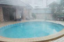 一边白雪皑皑一边热气腾腾。温泉好去处。