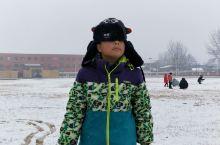 下雪了真好啊,久违的大雪,我们来操场玩啦!