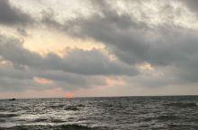 #涠洲岛的生活方式# 前4张是日海平面出,后四张是日落海平面。在涠洲岛,就是看星空,看云卷云舒,看日