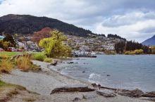 新西兰的皇后镇是一个被南阿尔卑斯山包围的美丽小镇,也是一个依山傍水的美丽城市。皇后镇全处都是观光地点