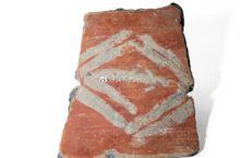 【几何纹彩陶片】杭州市萧山跨湖桥遗址博物馆藏。跨湖桥遗址陶器上的彩绘纹饰十分丰富,条带纹只是其中之一