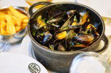 丁丁作者埃尔热经常去的贻贝餐厅CHEZ LEON  贻贝、薯条、比利时啤酒,是在比利时吃饭的时候一
