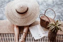 如何利用泳池拍出ins度假风 首先所需要准备的道具 菠萝(比较热带的水果 拍出来也好看)编织包 (编
