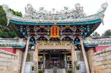 东山关帝庙,又名关王庙,位于铜山古城中岵嵝山下,依山临海,气派魏然,是一座闻名海内外的庙宇。始建于明