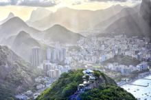 里约最浪漫的日落,来这里看个痛快~ 里约最浪漫的日落,在每一天的面包山前上映。救世主的神像穿透云雾缭