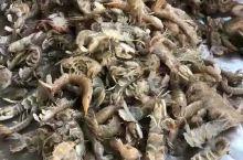 疫情时,带着口罩挑拣皮皮虾,看着皮皮虾就很诱人。