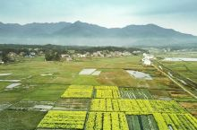 """第一张是在衡山用无人机拍摄,此时的衡山正值油菜花开之际,充满南方特色的田园和村庄,一层薄雾""""系""""在衡"""