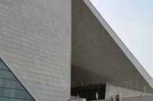山西大剧院位于山西省太原市长风商务区文化岛东西中轴,是统领全岛建筑风格的城市地标。山西大剧院总用地面